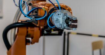 Роботов в России хотят обложить налогом, эксперты - против